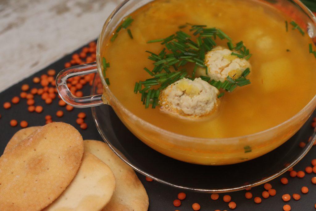 Sopa con Albóndigas y Lentejas Rojas