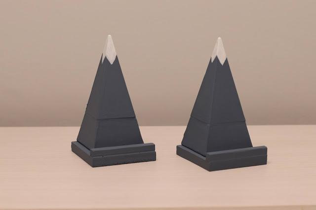 Soporte Móvil de Cemento en Forma de Pirámide