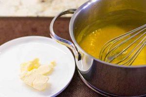 agregar mantequilla a cazo de crema cheesecake