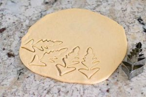 cortar decoraciones para empanada de col