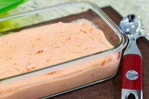 Poner la Mezcla de Helado de Yogur en Táper