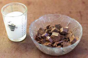 mezclar nata y chocolate para la crema de pastel