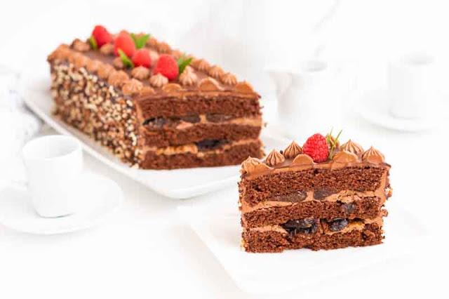 pastel de chocolate con ciruelas porcion