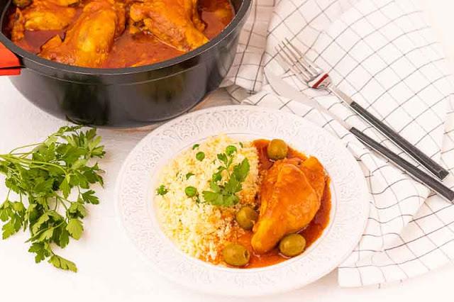 plato con pollo con salsa de tomate y especias