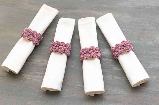 servilleteros con flores de porcelana rusa en mesa