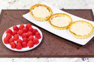 agregar crema pastelera a tartaletas con frambuesa