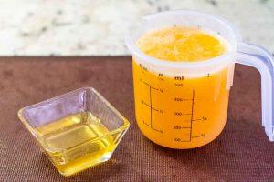 agregar miel a zumo de naranja para limonada
