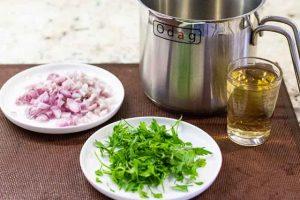 agregar vino chalotes y perejil para salsa