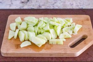 cortar pepinos en medias lunas para ensalada con queso