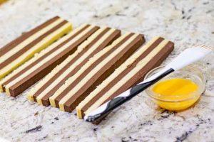 cortar tiras de masa de galletas con harina de almendra