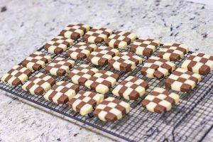 dejar enfriarse las galletas con harina de almendra en rejilla