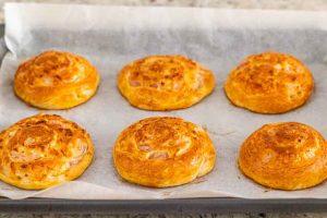 hornear los panecillos de queso y cebolla