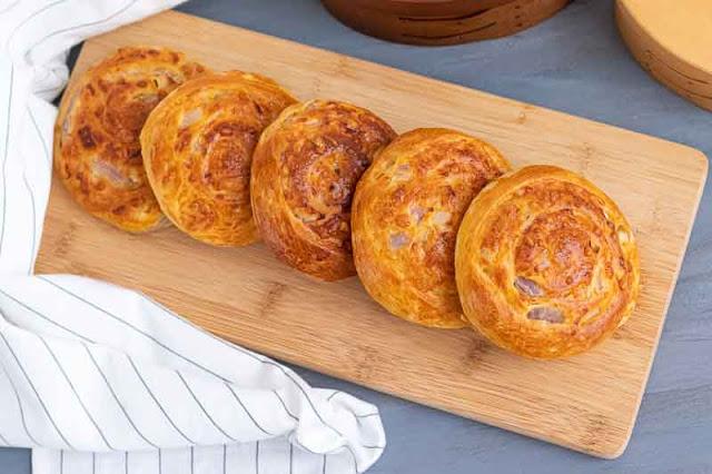 panecillos de queso y cebolla