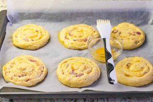 pincelar los panecillos de queso y cebolla