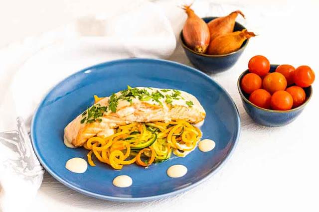 salmon con salsa de vino blanco y verduras salteadas