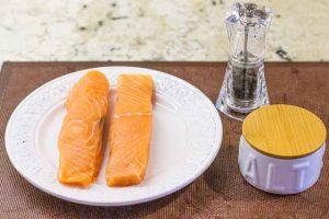 salpimentar filetes de salmon