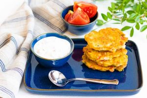 servir tortitas de maiz con salsa