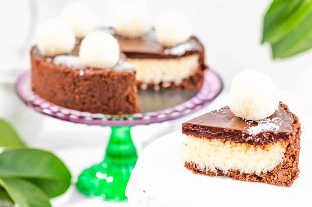 tarta de coco y chocolate negro preparada