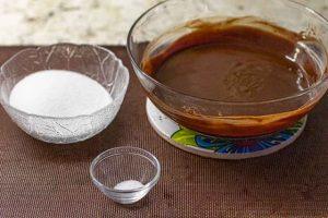 agregar azucar y sal a mezcla de brownie con coco