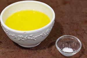 agregar claras y sal en bol para tartaletas con merengue