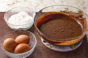 agregar huevos a mezcla para brownie con coco