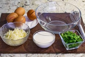 batir huevos y agregar ingredientes para quiche con puerro ybacon