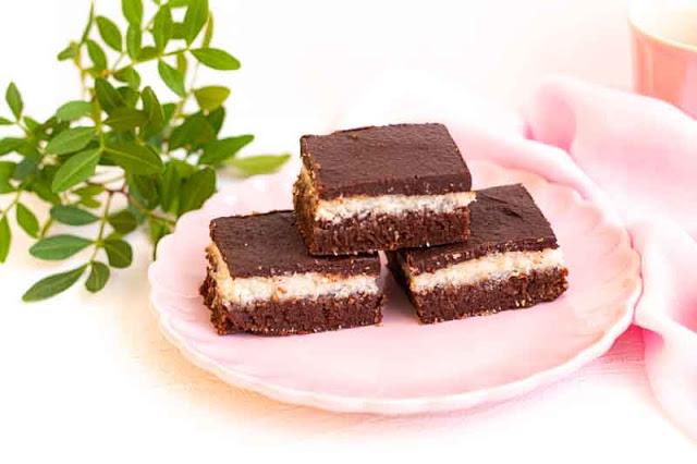 brownie con relleno de coco preparado