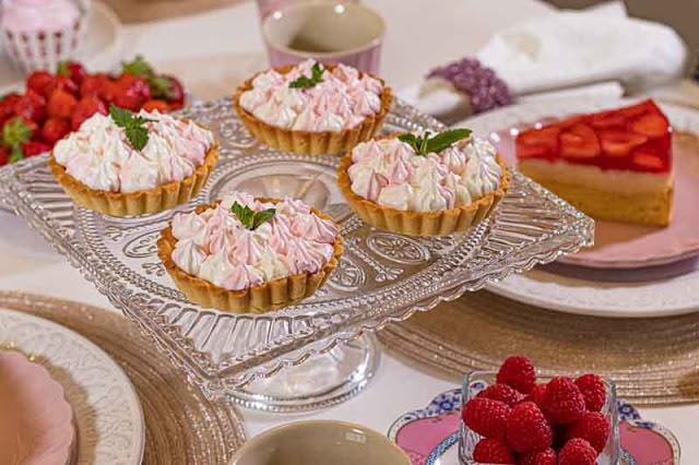 brunch de color rosa tartaletas con merengue italiano