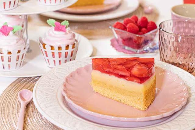 brunch rosado pastel con crema pastelera