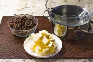 disolver chocolate y mantequilla para brownie con coco