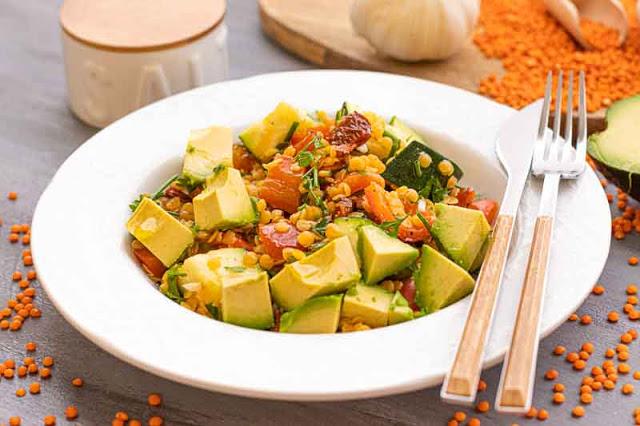 ensalada con lentejas rojas y verduras preparada