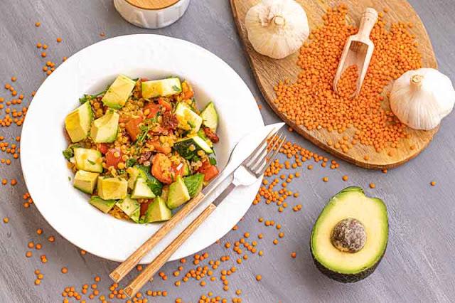 ensalada con lentejas rojas y verduras