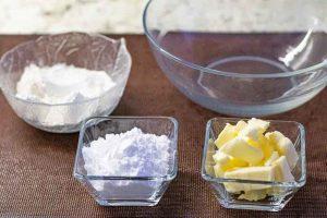 mezclar azucar y harina para crumble