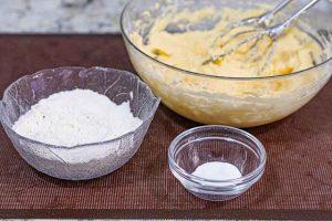 mezclar harina con levadura para cupcakes de limon y frambuesa