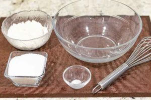 mezclar ingredientes para crema de pastelitos de limon