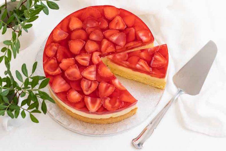 pastel con crema pastelera y fresas preparado