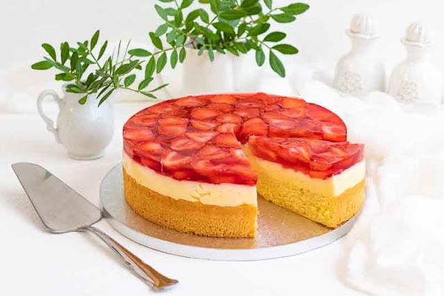 pastel con crema pastelera y fresas