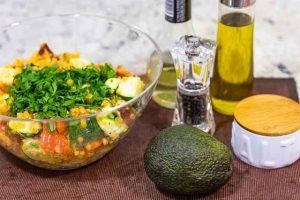 poner ingredientes de ensalada con lentejas rojas en bol