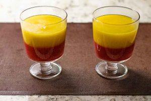 poner pure de mango en copa con pure de frambuesa