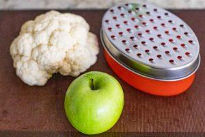 rallar coliflor y manzana para tabule