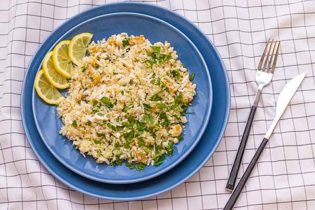 tabule con quinoa y coliflor preparado