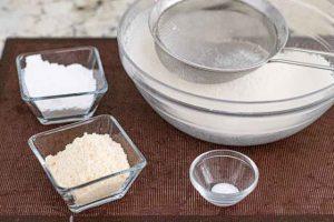 tamizar harina para pastelitos de limon y naranja