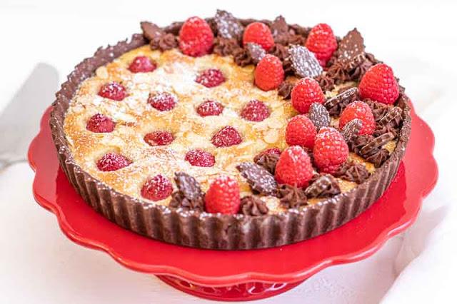 tarta con frambuesas y crema de almendras preparada