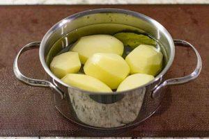 cocer patatas para bollos rellenos con carne