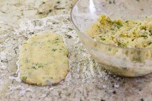 dar forma a masa de bollos de patata