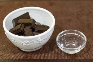 derretir chocolate para trufas con datiles y cereales