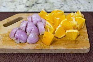 pollo a la naranja trocear cebolla y naranja
