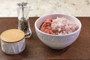 preparar relleno de carne para bollos con patatas