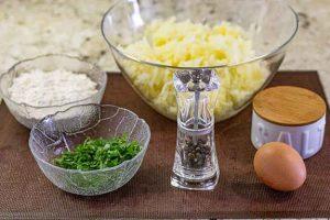 rallar patatas para bollos con carne picada