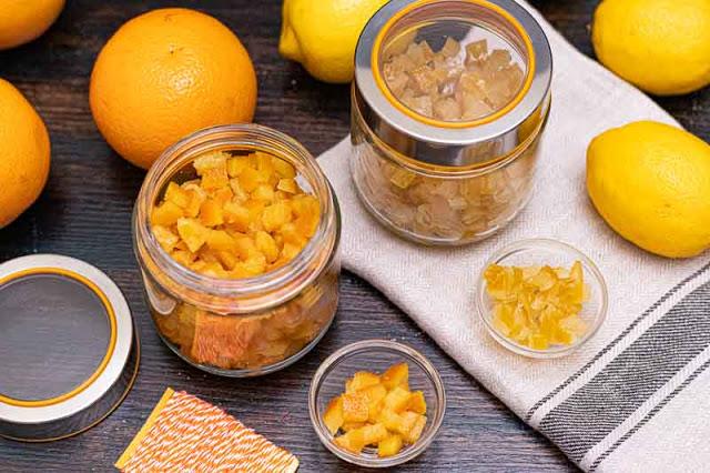 cascaras de limon o naranja confitadas preparadas